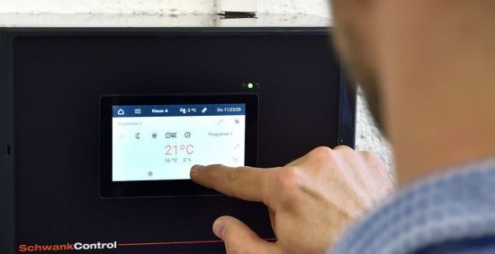Die Regelungstechnik Schwank ControlTouch für Hallenheizungen von Schwank wird bedient.