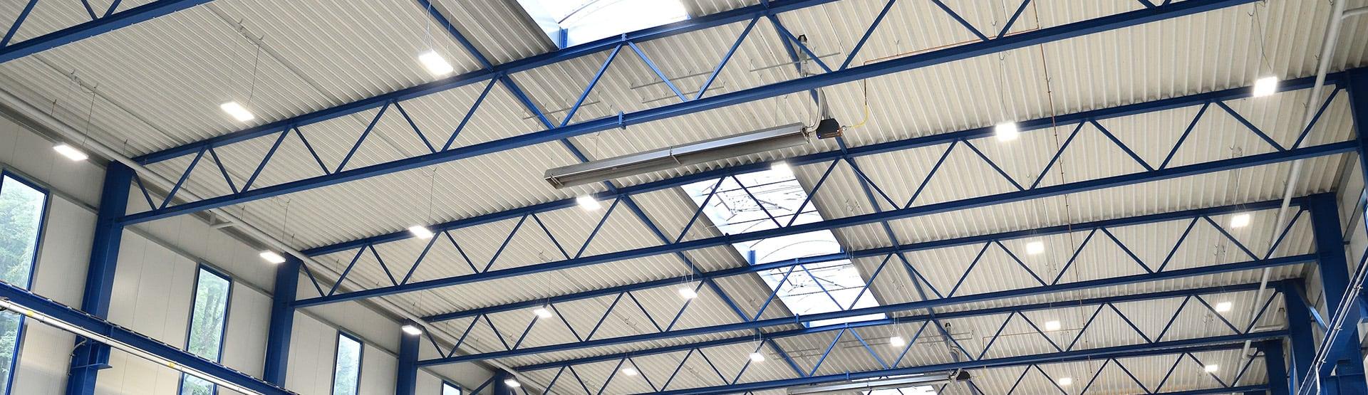 Der Schwank Dunkelstrahler deltaSchwank unter dem Dach einer Halle.